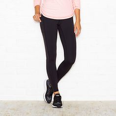 This legging is great worn to your weekly strength training class & exterior side pockets make it a go-to staple for around town errands.