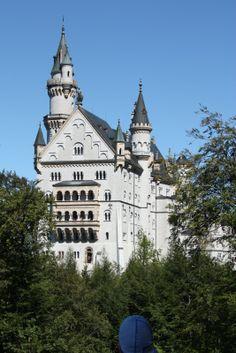 """Castillo de Neuschwanstein construido por el Rey Ludwig II sobre la peña de Hohenschwangau. Baviera. Alemania. Siglo XIX: La primera piedra se coloca el 5 de septiembre de 1864. Promedio de visitantes anual: 1,3 millones de personas. Aforo máximo alcanzado por día: 8.000 personas. Fue elegido por Disney en 1959 para ambientar """"La Bella Durmiente"""". (1067×1600)"""