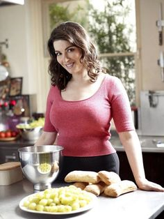 She's totes my food crush for the same reasons! 10 Things I Learned from Watching Nigella in My Pajamas — Food Crush Chef Nigella Lawson, Food Crush, Tv Presenters, Domestic Goddess, New Recipes, A Table, Cooking, Beautiful Women, Beautiful Curves