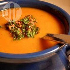 Pompoenpuree is de ster in deze soep. De soep is ontzettend lekker en zit vol met gezonde groenten. Een heerlijk recept voor het najaar. Serveer met een knapperig stuk brood.
