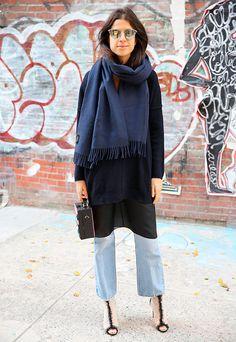 Leandra Medine usa maxi shirt com jeans e cachecol