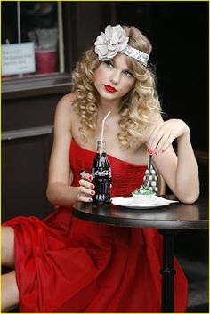 Taylor Swift looks absolutely amazing dressed in red and sipping a coca cola at a photoshoot in London's trendy Notting Hill district early Monday Just Beauty, Beauty Full, Hair Beauty, Coca Cola, Vintage Hairstyles, Cute Hairstyles, Photoshoot London, Pelo Vintage, Taylor Swift Red
