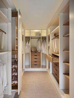 Armario a medida acabado lacado blanco combinado con chapa de arce. www.mueblesdifferent.com