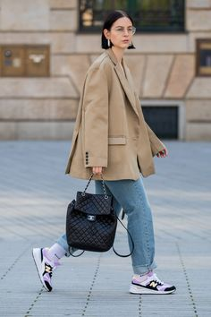New Balance Sneakers Are the Latest Street Style Stars — Shop These 10 Pairs For Yourself Street Style Outfits, Look Street Style, Sneakers Street Style, Street Style Women, Fall Outfits, Casual Outfits, Chanel Street Style, Simple Street Style, Star Fashion