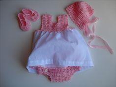 Precioso conjunto de bebe Vestido,gorrito.patucos y cubre pañal de perlé y batista.Todo cosido y tejido a mano.