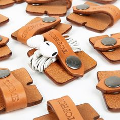 Earphone Organizer Cord Organizer Leather Cable Holder by TopHome Leather Accessories, Leather Jewelry, Leather Cord, Leather Craft, Leather Wallet, Leather Totes, Leather Purses, Diy Leather Projects, Diy Cadeau