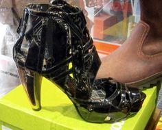 D'VOTION ANDORRA – уникальный магазин модной городской одежды. Мужская и женская обувь для активного образа жизни Kothai, Caterpillar, сапоги в ковбойском стиле от марок экстравагантная обувь New Rock,  Dkode, Iron fist. Большой выбор курток Harrington. WEST COAST CHOPPERS Divers Cuir Kothai Nat-Mad Уникальные бренды в магазине D'VOTION  в Пас де ла Каса  Наш адрес:  Пас де ла Каса, Андорра,  рядом с центральным паркингом  T.00376-855-065  CONTACT@DVOTIONSHOP.COM  www.dvotionshop.com