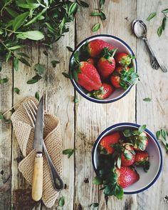Mucha fruta para un desayuno saludable. Cuchillo pallares de @claudiaandjulia es la caña. ---------------------------------------------------Breakfast  #strawberries #lovefood #iphone by luisamoron