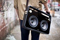Es gibt sie wieder, die gute alte Boombox, die man auf der Schulter durch die Stadt tragen kann! Allerdings im modernen Gewand. Wäre das Teil eckiger, grau, sähe billiger aus und hätte ein Kassettendeck in der Mitte, dann würde es mich schwer an mein altes