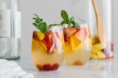 Sangria blanche au thermomix Un délicieux cocktail pour vos soirées ou fêtes, faites ce délicieux cocktail bien frais et fruité facilement chez vous avec votre thermomix.