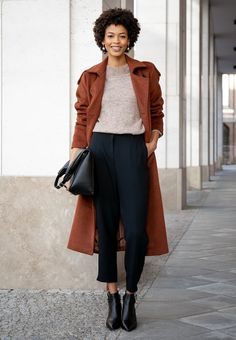 Catch which trends our style icons are loving right now – shop their outfits and get inspiration for new outfit ideas and styling tips. Komplette Outfits, High End Fashion, Fashion Shoes, Fashion Tips, City Chic, Suits You, Matcha, Neue Trends, Looking For Women