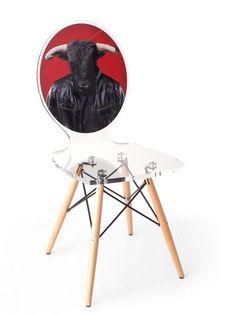 Chaise acrylique Graph pieds bois taureau fond rouge