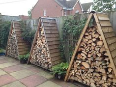 Shed Plans - Wooden pallets shed for storing of logs: 24 Practical DIY Storage Solutions for Your Garden and Yard - Now You Can Build ANY Shed In A Weekend Even If You've Zero Woodworking Experience! Firewood Shed, Firewood Storage, Firewood Holder, Stacking Firewood, Stacking Wood, Lumber Storage, Wood Storage Sheds, Diy Yard Storage, Outdoor Storage