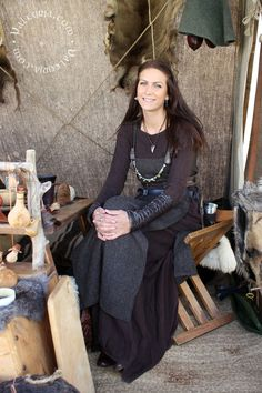 Note to self: find dark grey wool for an apron dress and plum wool for a long-sleeved overdress Costume Viking, Viking Reenactment, Viking Dress, Medieval Costume, Medieval Dress, Dwarf Costume, Historical Costume, Historical Clothing, Historical Photos