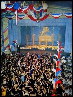 """11 Avril 1957 / (Part II) Arthur et Marilyn sont conviés au """"Waldorf Astoria"""" de New-York, au bal """"April in Paris"""", pour le 200ème anniversaire de la naissance de LAFAYETTE ; nombre de célébrités sont aussi de la partie, telles que Jean MARAIS, Gerard PHILIPE, Françoise ARNOUL ou encore Leslie CARON sans oublier la chroniqueuse mondaine Elsa MAXWELL."""
