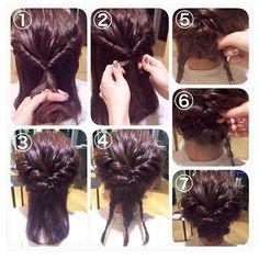 ①両サイドツイストした束を一つに結びます。それをクルリンパします。 ②①の毛先を持って根元をギュッとしめます。 ③耳後ろ両サイドを同じようにクルリンパしてギュッとしめます。 ④三つ編み3本つくります。 ⑤センターの三つ編みを上に向かって折り込み、ピンで固定します。 ⑥残りの三つ編みは逆サイド耳下に毛先を折り込み、ピンで固定します。 ⑦ところどころゆるませて完成です。