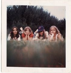 Vintage Cameras - Check out this series of rare Polaroid pictures from Also, somebody done somebody wrong song. 1970s Aesthetic, Aesthetic Vintage, Vintage Polaroid, Vintage Cameras, Vintage Photographs, Vintage Photos, Polaroid Photos, Polaroids, Polaroid Ideas
