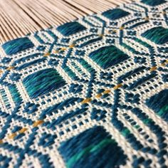 I love the dash of gold slipped into Katie's overshot ~ Loom Knitting Patterns, Weaving Patterns, Textile Patterns, Stitch Patterns, Textile Art, Knitting Tutorials, Weaving Textiles, Weaving Art, Loom Weaving