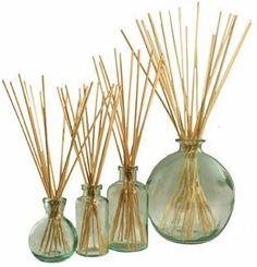 Material :     100 ml de álcool de cereais   100 ml de água mineral sem gás em temperatura ambiente   Óleo essencial com perfume   1 ...