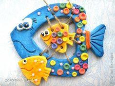 """Доброго времени суток, жители славной Страны Мастеров! Вот собрались у меня несколько изделий из солёного теста, которые  вам ещё не показывала. А хочется...  Так что, смотрите.  Первое панно """"Довольные рыбёхи"""" . Улыбка до ушей, настроение цветочное! фото 7 Clay Wall Art, Clay Art, Paper Mache Crafts, Clay Crafts, Art For Kids, Crafts For Kids, Fabric Fish, Clay Fish, Cardboard Art"""