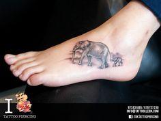 Tatuaje de dos elefantes en negro y gris. Realizado por Yarda en ZUK Tattoo Piercing de Lleida.