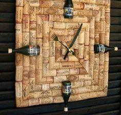 relógio feito com rolhas, talheres como ponteiros e garrafinhas para marcar as horas... que ideia genial e original... adorei!!!