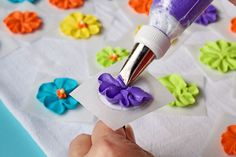 How to Make a Royal Icing Primrose Video via The Bearfoot Baker Cake Decorating Tools, Cake Decorating Techniques, Cookie Decorating, Royal Icing Templates, Royal Icing Transfers, Royal Icing Cakes, Royal Icing Flowers, Icing Tips, Frosting Tips