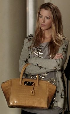 Blake Lively as Serena van der Woodsen carries VBH on Gossip Girl Gossip Girls, Mode Gossip Girl, Gossip Girl Outfits, Gossip Girl Fashion, Fashion Tv, Autumn Fashion, Womens Fashion, Blake Lively Gossip Girl, Gossip Girl Serena