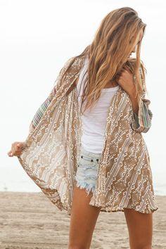 hippie-chic-mode-boho-kimono-kurze-jeanshose-zerrissene-strand-sommer hippie-chic boho-mode-kimono-s Boho Mode, Mode Hippie, Hippie Style, Surf Style, Bohemian Style, Look Fashion, Fashion Outfits, Womens Fashion, Beach Fashion