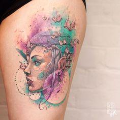 Tatuagem criada por Alberto Cuerva da Inglaterra.  Arte em aquarela de rosto feminino com livros voando sobre a cabeça.