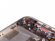 STAP 4. Verwijder de 1,5 mm Phillips schroef naast de onderste microfoon.