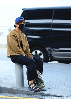 """taehyung's fashion as basquiat paintings: a thread"""" Cowgirl Style Outfits, Boy Outfits, Fashion Outfits, Bts Airport, Airport Style, Airport Fashion, Airport Outfits, V Taehyung, Perfect Boy"""