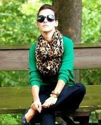 Camisa verde + scarf.
