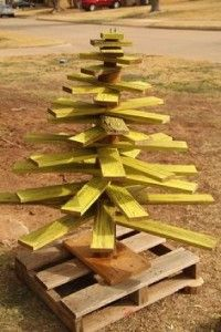 12 Ideas to design a Christmas tree with pallets 7