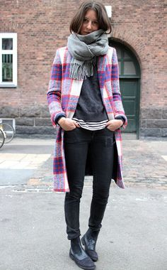 Ahh, love! Print on print, shades of grey, white, black, pop of color, scarf, shoes, nice.
