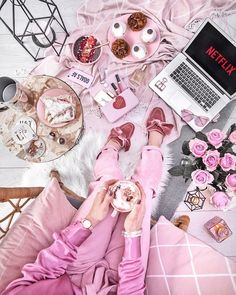 💕 GOALS AF 💕 But not today, I'm having a netflix marathon in good company 🌟 So what movies or series should I watch? Soirée Pyjama Party, Tres Belle Photo, Mode Chanel, Everything Pink, Pink Aesthetic, Pastel Pink, Vintage Pink, Girly Things, Pink Color