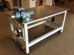 Workbench with retractable wheels - a pair of hydraulic jacks and some heavy duty casters