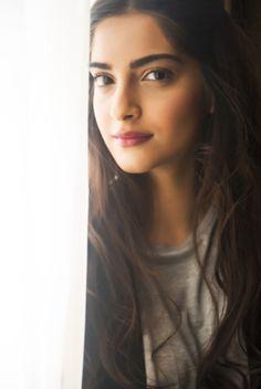 Latest photos of Sonam Kapoor Prettiest Actresses, Beautiful Actresses, Bollywood Stars, Bollywood Fashion, Bollywood Celebrities, Bollywood Actress, Sonam Kapoor Photos, Kareena Kapoor, Anamika Khanna