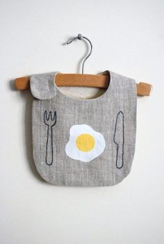 10 Baby Gifts That& Make New Parents LOL 10 Baby Gifts That'll Make New Parents LOL, 10 Babygeschenke, die neue Eltern zum LOL machen. Hipster Kind, Diy Bebe, Baby Kind, Kid Styles, Baby Crafts, Baby Sewing, Baby Accessories, Bibs, New Baby Products