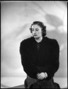 Princesa Natasha Bagration-Mukhransky, Lady Johnston, em 22 de janeiro de 1940. Ela é filha da Princesa Tatiana Constantinovna e do Príncipe Constantino Bagration-Mukhransky. She is daughter of Prince Konstantin Bagration-Mukhransky and Princess Tatyana Konstantinovna.