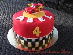 gateau cars flash mc queen en pâte à sucre, gateau en pate à sucre pour anniversaire de garçon