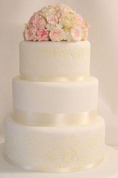 Klassische #Hochzeitstorte mit Rosenbouquet   von www.suess-und-salzig.de #Hochzeit #Wedding