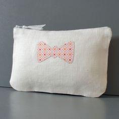 Pochette en lin blanc avec un noeud en coton imprimé