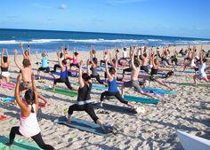 Yoga in spiaggia (tanti praticanti)