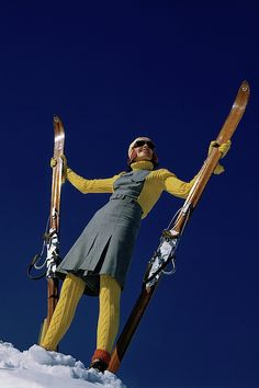 Vogue 1941 Model in yellow-and-gray ski suit, standing with skis. 60s Fashion Trends, Ski Fashion, Editorial Fashion, Fashion News, Sports Editorial, Fashion 2018, Thing 1, Vintage Ski, Vogue Magazine