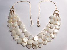 Colar banhado com moedas de madrepérola branca, espaçadas com esferas de banhadas e lindos acabamentos e movimento natural ! R$ 120,00
