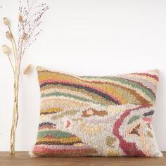 "Coussin 'Rainbow' de ""désaccord"" - desuet.fr Backyard, Cabin, Throw Pillows, Bed, House, Patio, Toss Pillows, Cushions, Stream Bed"