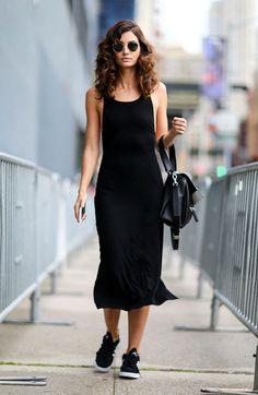 Street style look com vestido midi preto sem mangas e tênis