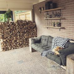 Na een avond stapelen een prachtig muurtje van houtblokken