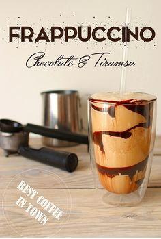 Frappuccino czekoladowe jak ze Starbuksa!  - 10 do 12 kostek zamrożonego mleka (około 150 ml) - zamrożone espresso w postaci kostek (zaparzoną kawę przelej do woreczka na lód i zamroź) - 50 ml zimnego mleka 3,2% tłuszczu -syropdo kawy o smaku tiramisu - gęstysosczekoladowy do deserów